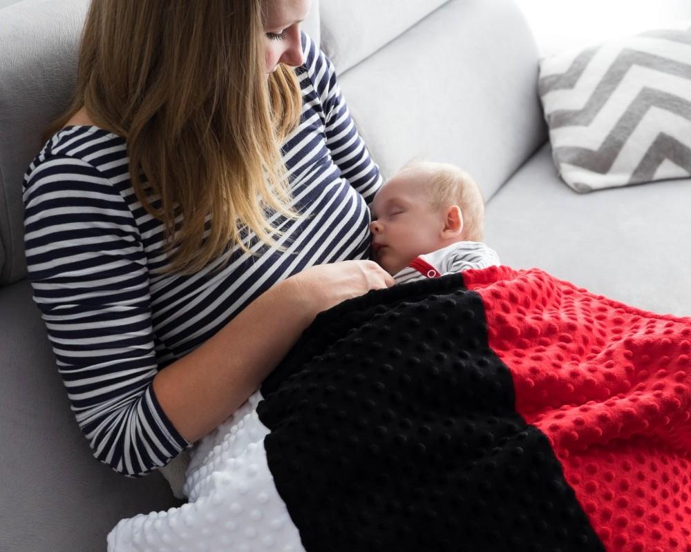 """Kontrastowy kocyk dla niemowląt Minky """"Rodzina Lundi"""" (Newborn)"""